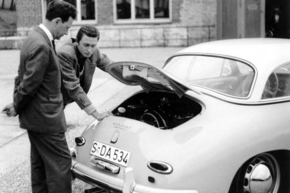 Ferry-Porsche-li.-con-su-hijo-mayor-Ferdinand-Alexander-con-un-Porsche-Typ-356-A-Carrera-Hardtop-1958