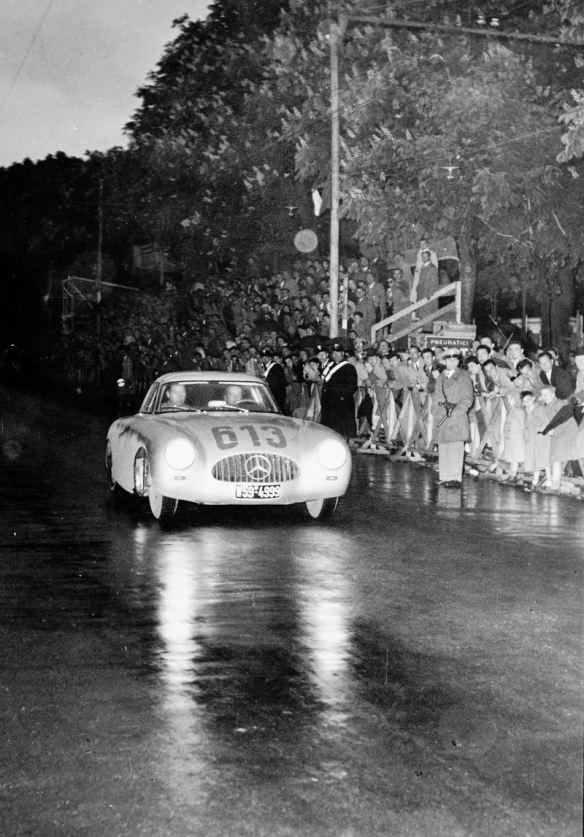 Mille Miglia, 3 – 4 Mayo de 1952. El equipo formado por Rudolf Caracciola-Paul Kurrle (No. 613) con Mercedes-Benz 300 SL de competición (W 194, 1952) logra la cuarta posición