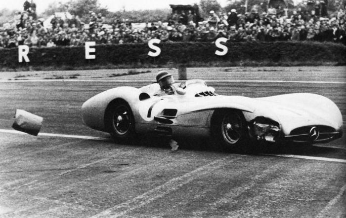 GP Inglaterra - Fangio golpeando un bidón