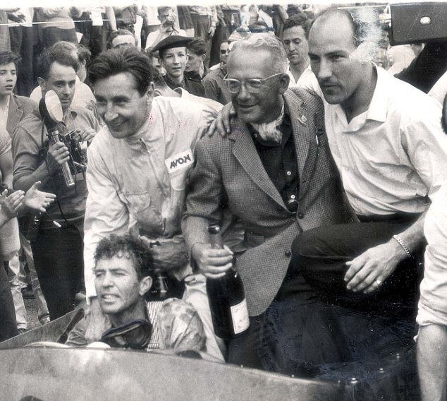 1959. La celebración en Le Mans. Roy Salvadori, Carroll Shelby, David Brown y Stirling Moss.
