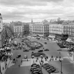 El coche en el paisaje urbano 1950 coches clasicos de hoy for Puerta del sol hoy en directo