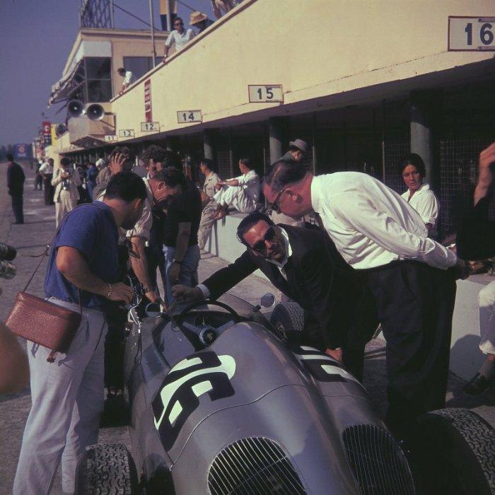 1960 GP de Italia - John Cooper y Lofty England examinando el Porsche 718 de Herrmann
